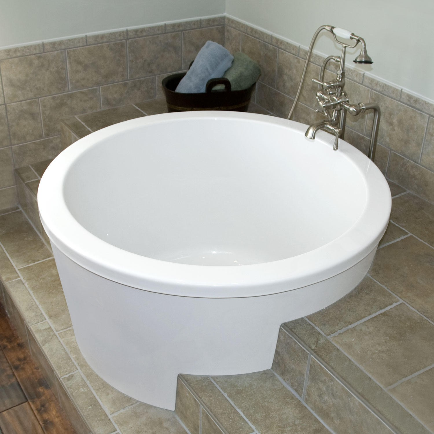 Round japanese soaking tub ofuro soaking tubs the vibe of japan in your bathroom for Small japanese soaking tubs small bathrooms